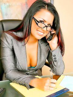 Стройная леди с пирсингом ебется в офисе и отсасывает сперму