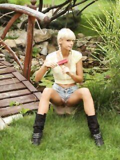 Спортивная лесбиянки с пирсингом и вибратором в киске