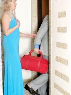 Сексапильную и опытную мамочку в чулках трахают в миссионерской позе