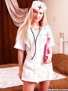Молодая и сексапильная медсестра дрочит и сладко стонет