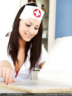 Голая стройная медсестра снимает стринги, показывая мокрую бритую пизду