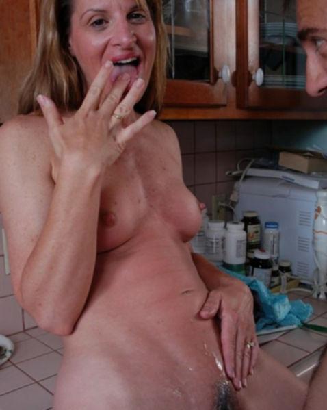 Всадил толстый хер бабе на кухне после возбуждающего отсоса