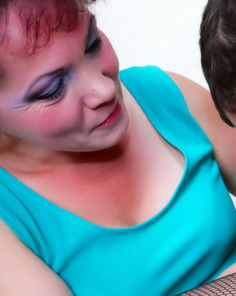 Ебля в пизду втроем, от которой бабы в эротическом белье испытывают оргазмы