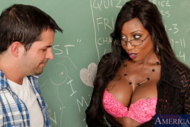 Трахнул учительницу с большими сиськами в пизду в классе