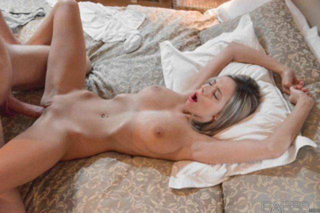 Взрослая сука с большими сиськами кончает от вагинального секса