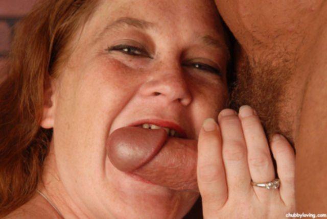 Жирная мамочка облизывает маленький хер