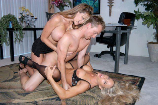 Трах в узкую киску женщины в чулках с большими сиськами