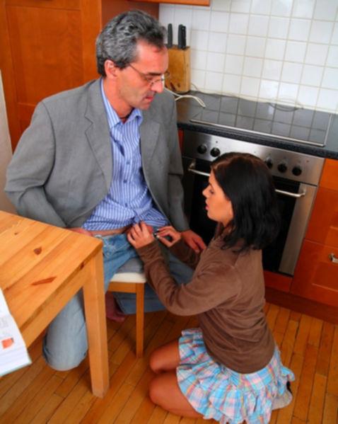 Трах с дочкой брюнеткой на кухне от отца в инцесте