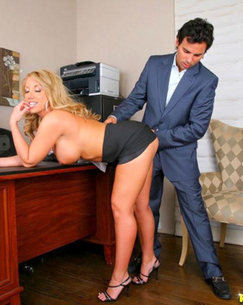 Кунилингус и крутой трах возбуждают женщину в офисе