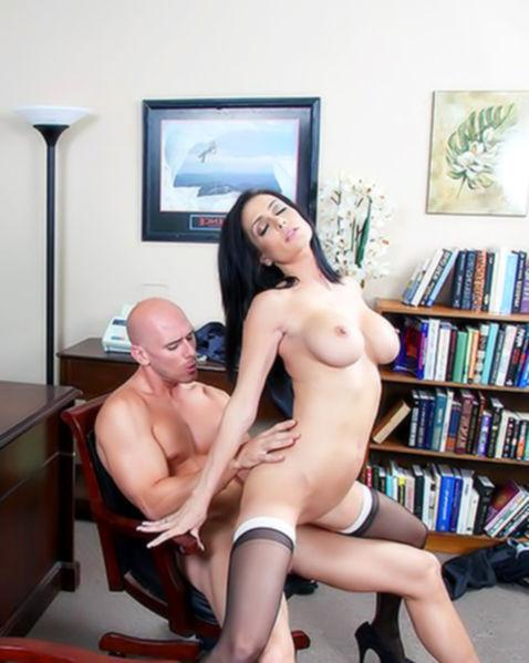 Грудастая секретарша с идеальным телом ебется в офисе