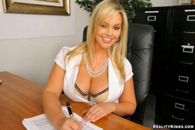 Блондинку с большой грудью выебал сотрудник прямо в офисе.