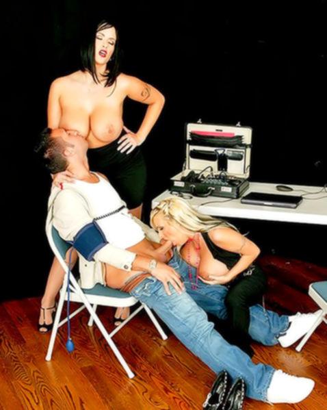 Сексуальные бабы с силиконовыми сиськами в офисе занимаются сексом