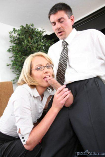 Блондинку с пирсингом на сосках жестко отъебал мужик в офисе.
