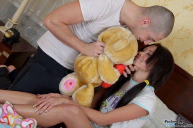 Голая малолетка с пирсингом эротично облизывает сперму