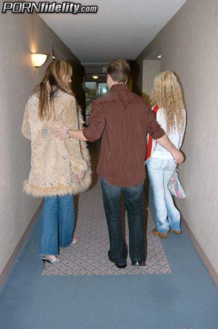 Кудрявая блондинка взрослая шатенка делают минет и занимаются еблей