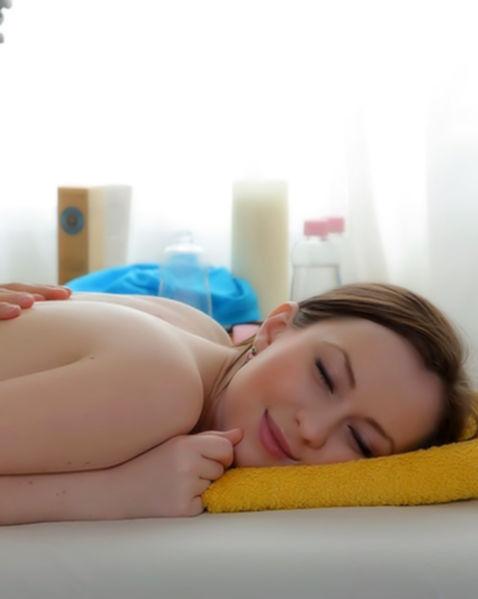 Эротический массаж и трах целки с волосатой киской