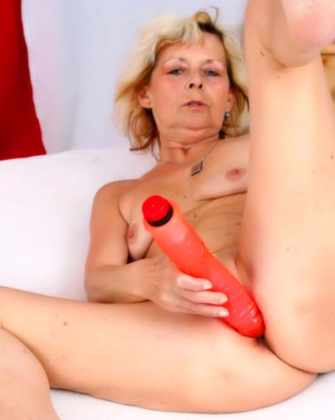 Тётка со зрелой киской после мастурбации ебётся