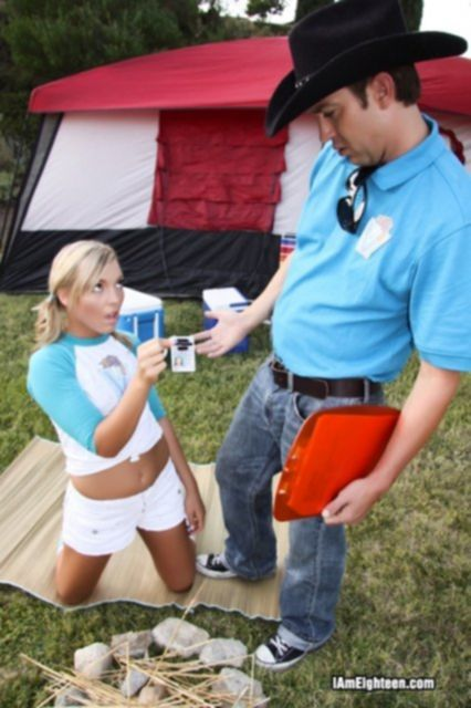 Спортивная девка в шортах начала возбуждающие ласки