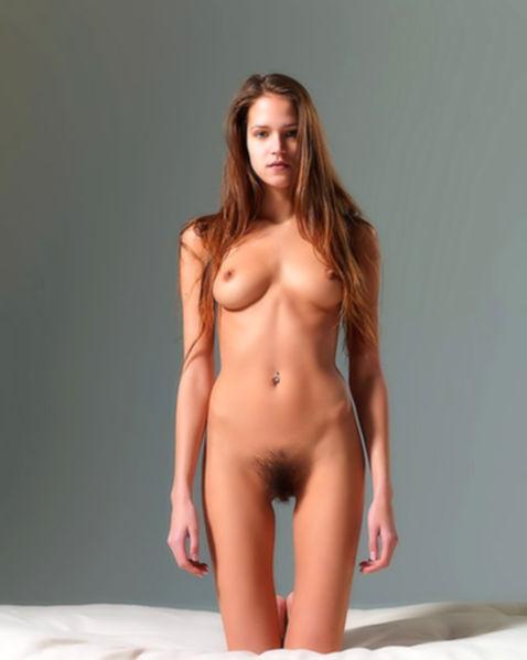 Худощавая гимнастка с волосатой киской и красивой грудью позирует