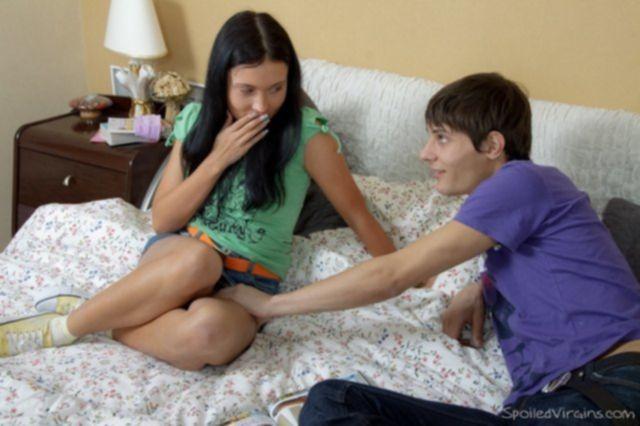 Голая школьница в носках занимается первым сексом в жопу