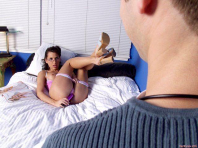 Сексуальная пара, оказавшись в постели голыми, занялась жестким трахом.