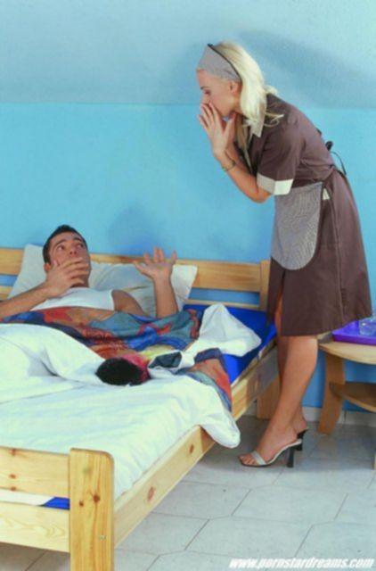 Молодая горничная снимает лифчик, а затем телку ебут во влагалище