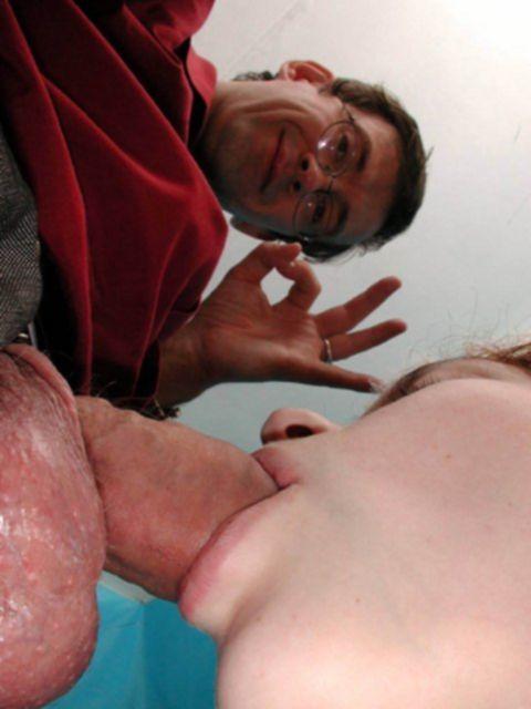 Русская кудрявая горничная занимается минетом с голыми сиськами