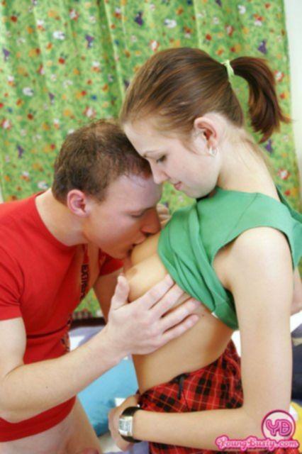 Грудастую девочку на постели ебет в позе раком