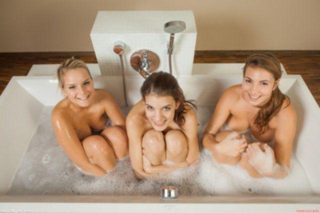 Развратные лесбиянки моются в ванной и эротично позируют в пене