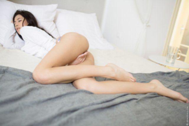 Грудастую стройную девку ебет в вагину длинный стоячий хуй