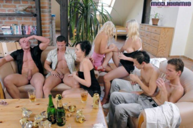 Развратные проститутки в групповухе отсасывают толстые хуи и ебутся