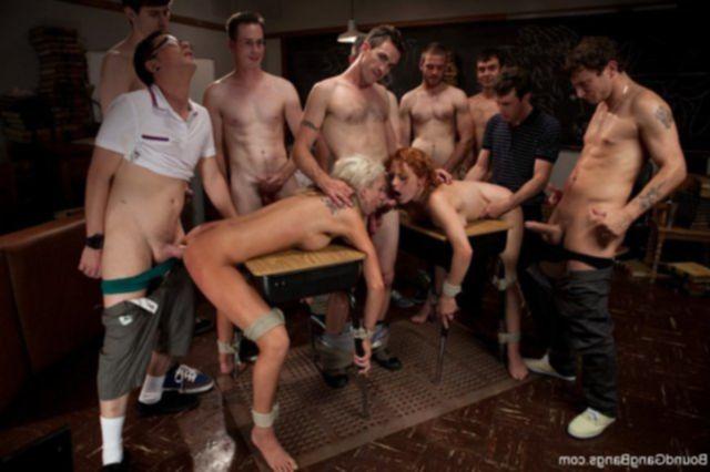 Оргия с еблей и с голыми проститутками, сосущими хуй