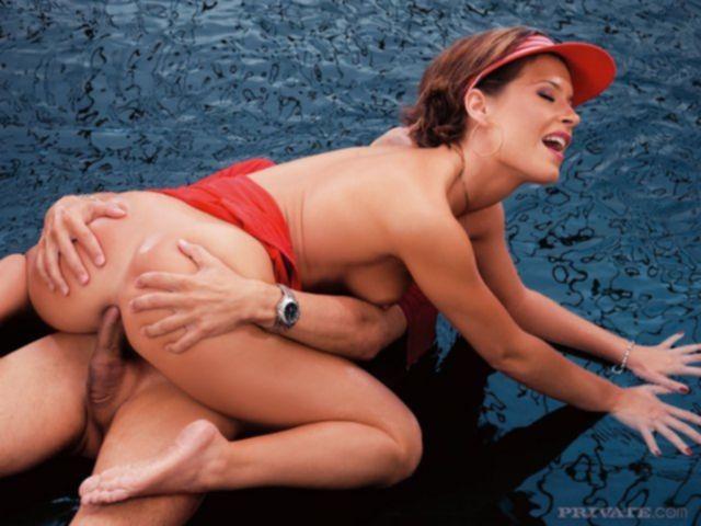 Голая соблазнительная телка занимается анальным сексом в грязном порно