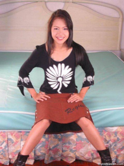 Сексапильная азиатка с татуировкой на теле и волосатым лобком