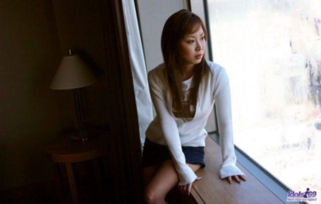 Молодая китаянка на домашних фото показывает волосатую писю