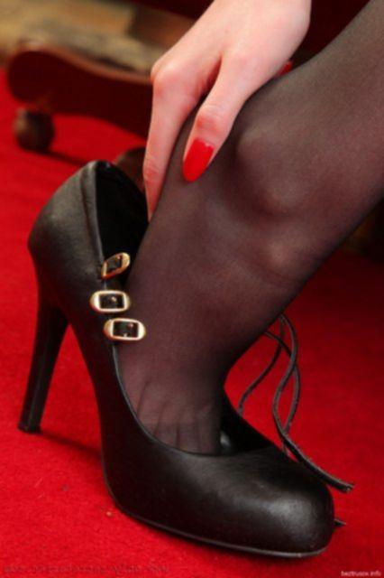Рыжая домашняя девчонка показала жопу и черное сексуальное белье.