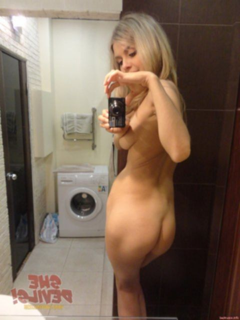 Домашние сучки любят устраивать селфи, чтобы показывать фото ебарям.