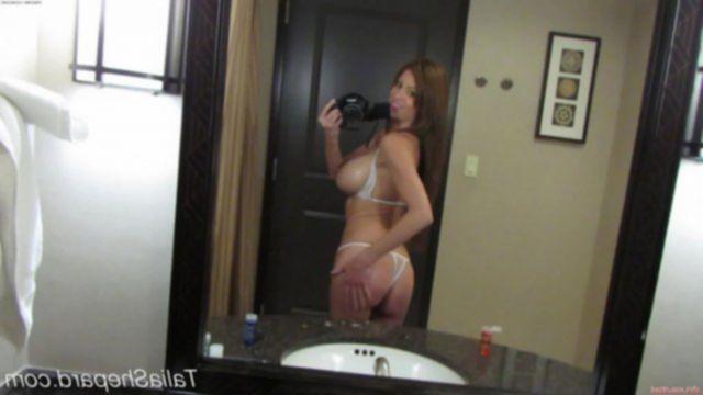 Сексуальная домашняя девушка показала хорошие сиськи и жопу в ванной.