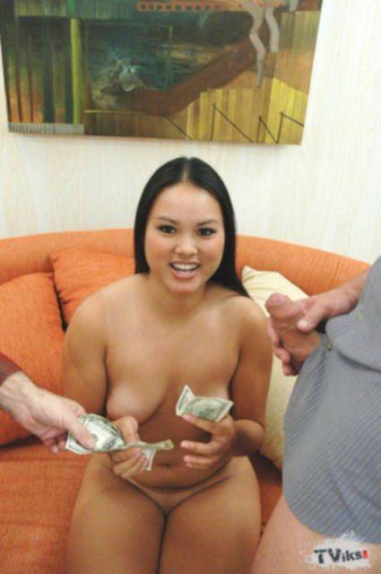 Секс втроём с пухлой и развратной азиаткой и сперма на лице