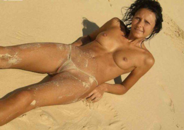 Частные фото с позированиями голых домохозяек на природе и в постели