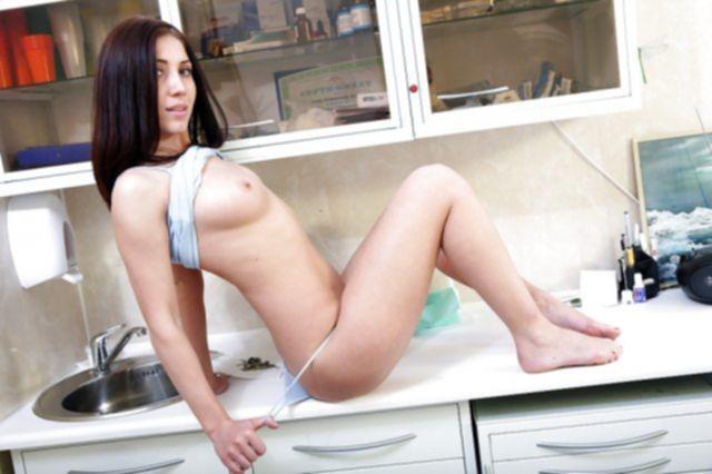 Голая домохозяйка с красивыми сиськами мастурбирует в душе