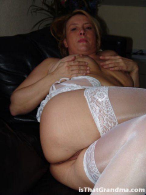 Домохозяйка разлеглась на кожаном диване и показала пизду.