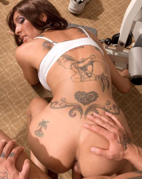 Стройная голая баба с татуировкой на теле стонет от куни