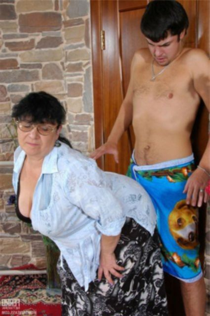 Ебёт бабу с большой жопой в позе раком на полу