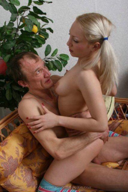 Худощавая школьница трахается с дедушкой и кончает в инцесте