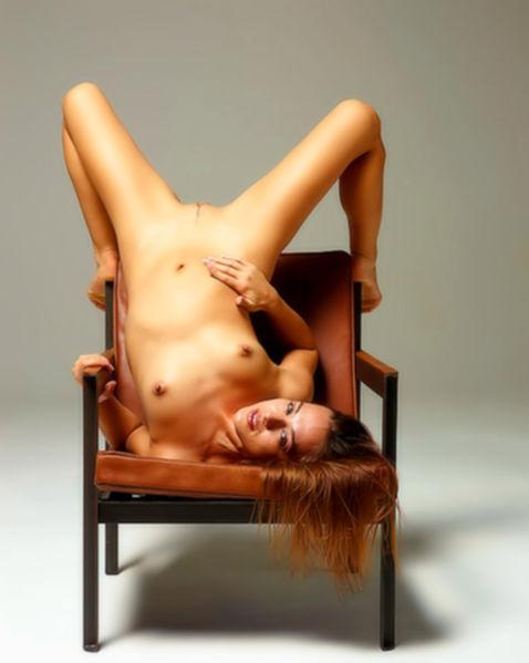 Молодая голая девочка с маленькой грудью и киской крупным планом