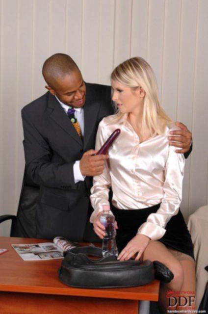 Стройная секретарша развела на секс негра