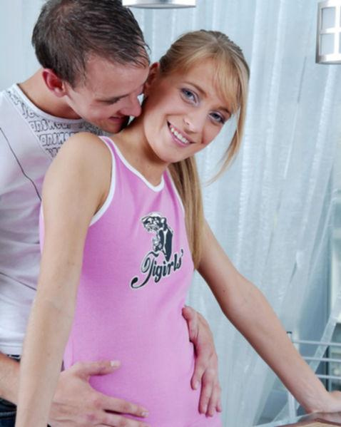 Молодую обнаженную школьницу по-собачьи ебут и делают куни