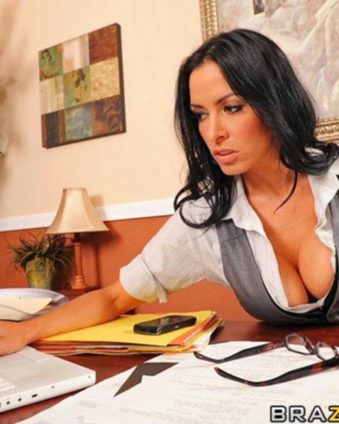 Стройная секретарша с большими дойками ебётся на столе и делает минет