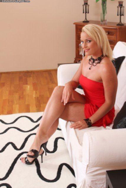 Блондинка с татуировками показывает половые губы крупным планом